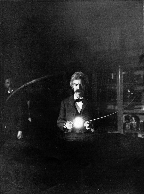 Mark Twain - pisarz i przyjaciel Tesli w jego laboratorium, w tle widać sylwetkę Tesli